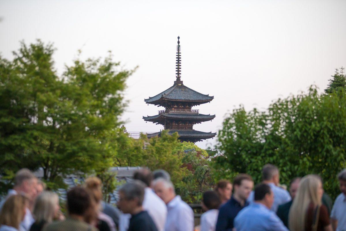 Teambuilding in Japan met Tempel op de achtergrond