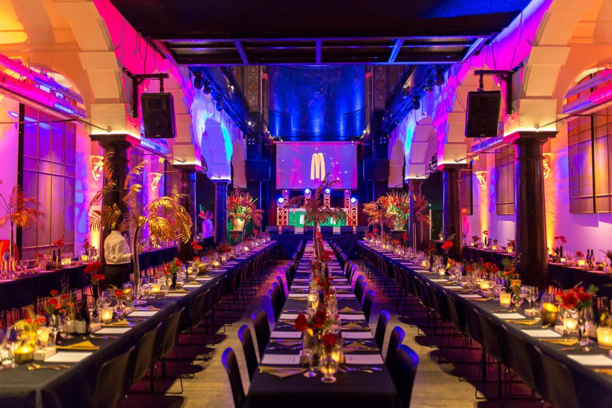 Kerstfeest diner met feestelijk opgedekte lange tafels